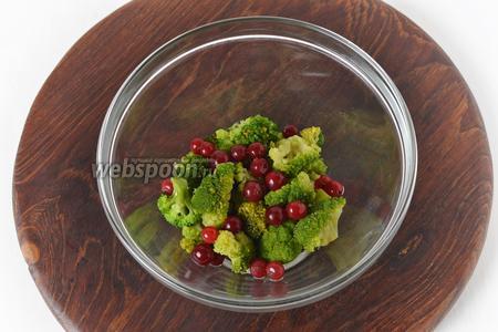 30 грамм клюквы промыть и выложить в миску к подготовленной брокколи.