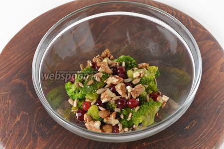Добавить орехи, жареные семечки подсолнуха (2 ст. л.), заправку. Перемешать.