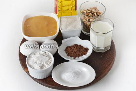 Для работы нам понадобится кефир, яйца, сахар, мёд, подсолнечное масло, мука, какао, корица, сода, грецкие орехи.