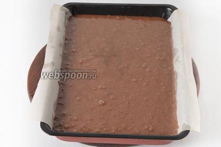 Форму размером 20х30 сантиметров застелить пергаментом. Вылить тесто в форму.
