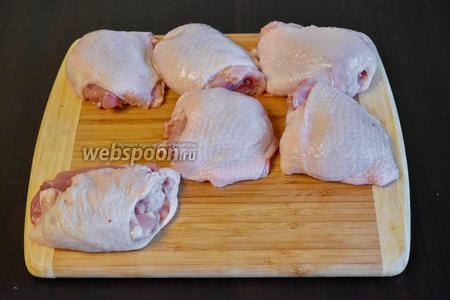 Для приготовления курицы в соусе, подготовить необходимые продукты: 6 бёдер куриных, соль и перец по вкусу, болгарский перец и соус Пири-пири.