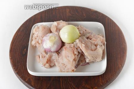 Разобрать рыбу (800 грамм) на филе. Репчатый лук (100 грамм) очистить.