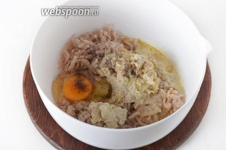 Через мясорубку пропустить рыбное филе, репчатый лук, хлеб. Соединить массу с 1 яйцом, растопленным сливочным маслом (60 грамм). Приправить солью (1 ч. л.) и чёрным молотым перцем (0,3 ч. л.). Тщательно перемешать руками, а затем отбить фарш, подняв его на высоту 40-50 сантиметров и с усилием бросив назад в глубокую миску. Отправить в холодильник на 30-40 минут.