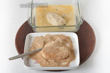 Второе яйцо взбить вилкой с 1 столовой ложкой воды. Окунуть каждую котлету в яичную смесь, а затем запанировать в сухарях (8 ст. л.).