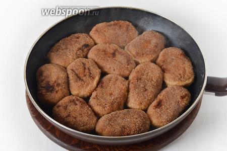 Если есть желание, можно затем сложить готовые котлеты в сковороду, добавить 50-70 миллилитров воды и пропарить на минимальном огне под крышкой 3-5 минут.