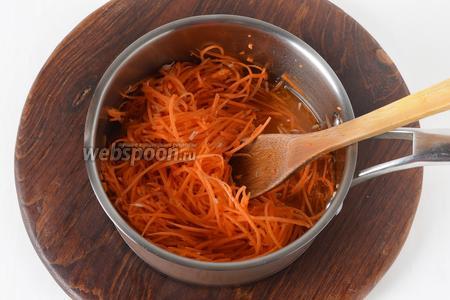 Снять сотейник с огня. Выложить в сотейник морковь, хрен. Перемешать, закрыть крышкой и оставить до полного охлаждения.