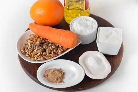 Для работы нам понадобится морковь, апельсин, мука, сахар, подсолнечное масло, грецкие орехи, корица, разрыхлитель, соль.