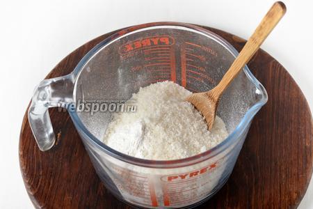 130 грамм муки просеять с разрыхлителем (10 грамм) и солью (1 щепотка). Добавить сахар (140 грамм), корицу (0,5 ч. л.). Перемешать.