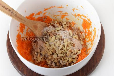 Соединить морковную массу, мучную массу и крупно нарезанные орехи. Перемешать.