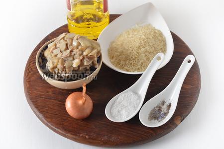 Для работы нам понадобится пропаренный рис, замороженные белые грибы (они были перед заморозкой отварены до готовности), репчатый лук, подсолнечное масло, соль, чёрный молотый перец.