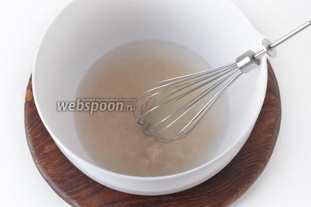250 мл тёплой воды (30-35°С) соединить с сахаром (70 грамм), солью (0,5 ч. л.), раскрошенными дрожжами (20 грамм). Перемешать.