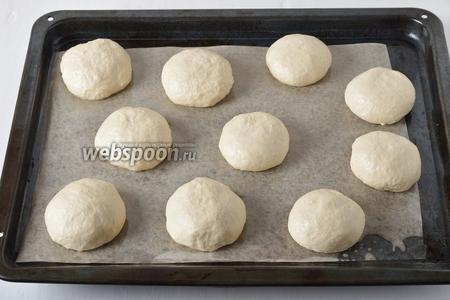 Разделить тесто на 9-10 кусочков. Сформировать из кусочков колобки и выложить их на противень с пергаментом, соблюдая расстояние. Оставить на 10 минут.