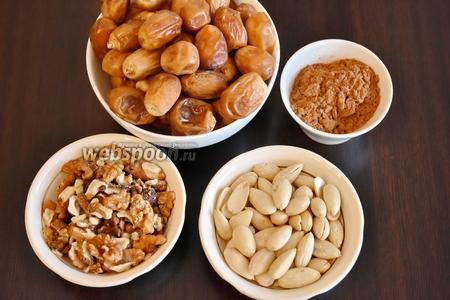 Для приготовления сладкой финиковой колбаски приготовить необходимые продукты: финики, миндаль, грецкие орехи, какао порошок, соль.