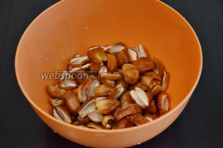 Финики (300 граммов) помыть, освободить от косточек и выложив на кухонное полотенце, обсушить.