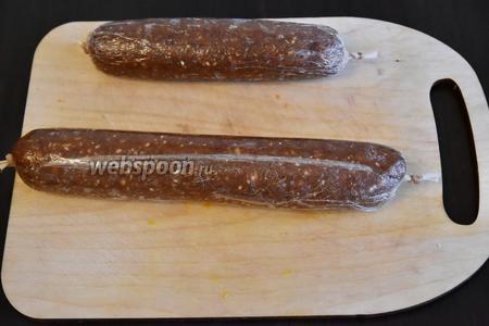 Сформировать из получившейся массы колбаски и завернув их в пищевую плёнку, положить в прохладное место. Перед подачей колбаску освободить от плёнки и обвалять в миндальной крошке (2 ст. л.) или кунжуте.