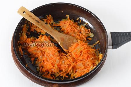 Добавить очищенную и натёртую на крупной тёрке морковь 70 грамм. Готовить, помешивая, 2-3 минуты. Приправить частью соли и чёрного молотого перца.
