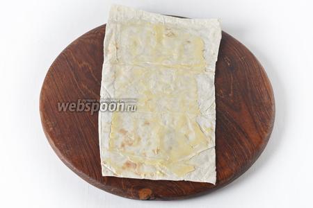 Каждый лист лаваша (2 штуки) разрезать на 4 части-прямоугольника. Смазать каждый прямоугольник тонким слоем сливочного масла (всего масла 2 столовых ложки).