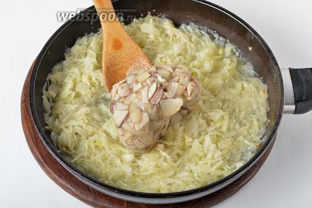 Добавить замороженные грибы и прогреть 4-5 минут, чтобы грибы (250 грамм) разморозились и «подружились» с овощами.