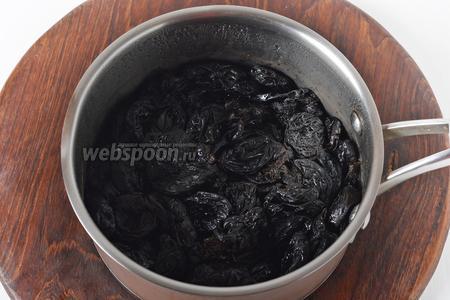 Довести до кипения и готовить на минимальном огне 4-5 минут (или до мягкости чернослива). Накрыть крышкой и оставить до полного остывания. За это время весь сироп должен впитаться в чернослив. Если немного сиропа осталось на дне — сцедить его.