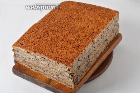 Четвёртую часть крема использовать для обмазки и оформления медовика. Отправить медовик в холодильник на 1-2 часа.