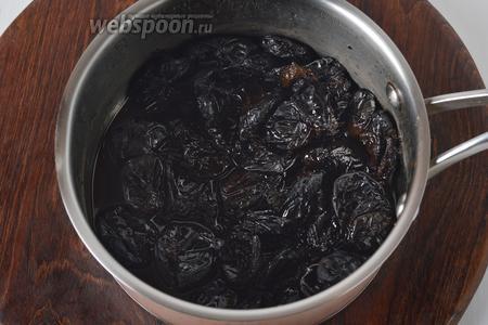 350 грамм чернослива тщательно промыть, залить 150 мл кипятка, накрыть крышкой, проварить 1-2 минуты, а затем оставить под крышкой до полного остывания. Если не вся жидкость вобралась в чернослив — сцедить её.