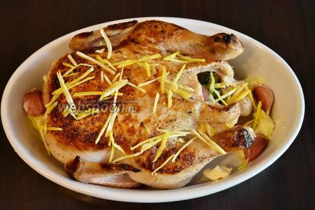 Если запекать птицу собираетесь в той же форме, в  которой жарили птицу, обязательно удалите масло в котором она жарилась. В форме, в которой курица будет запекаться, разложить оставшиеся 100 граммов сливочного масла. Выложить птицу, чеснок, 0,5 палочки корицы, цедру лимона.