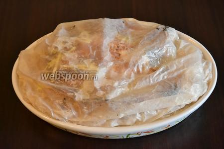 Бумагу для выпечки смочить в воде, отжать и накрыть форму сверху.
