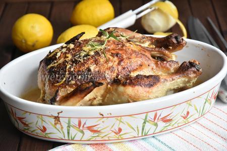 Поставить птицу запекаться в духовку при температуре 190°C на 1,5 часа.