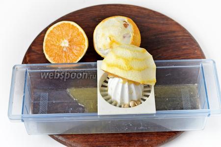 Отжать из апельсинов и лимона сок.