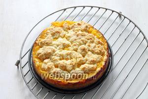 У готового кекса верх чуть подрумянится и образуется приятная корочка. Достать из духовки, дать постоять в форме 5 минут, затем провести ножом по краю формы и достать пирог.