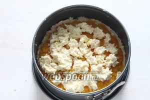 Оставшееся тесто распределить сверху и отправить форму в предварительно нагретую до 180°C духовку на 35-40 минут.