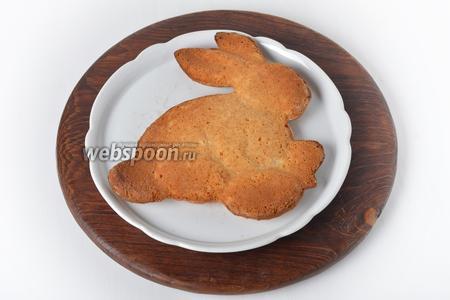 Вынуть кролика из формы. Такого кролика можно посыпать сверху сахарной пудрой или разрисовать сахарной глазурью.