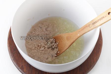 Добавит сахар (0,5 ч. л.), соль (0,75 ч. л.), 10 грамм раскрошенных дрожжей. Перемешать.