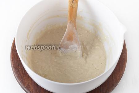 Тесто должно получиться как густая сметана и тяжело стекать с ложки.