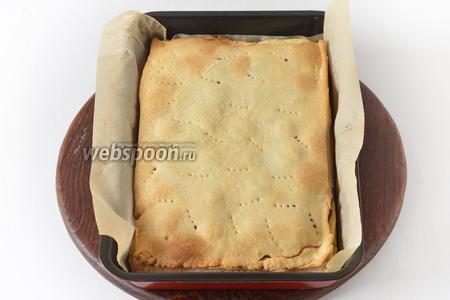 Выпекать при 200°С до лёгкого золотистого цвета приблизительно 20-22 минуты. Аналогичным способом приготовить ещё 2 пирога. Остудить. Подавать пирог, посыпав сахарной пудрой и нарезав его кусочками.