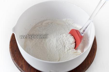 4 белка взбить вместе с сахаром (200 грамм) в стойкую пену. Вмешать просеянный крахмал (160 грамм). Это начинка для трёх пирогов.