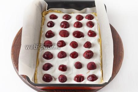 На тесто выложить 1/3 часть белковой массы, а сверху разложить 1/3 замороженной вишни (всего 400 грамм вишни).