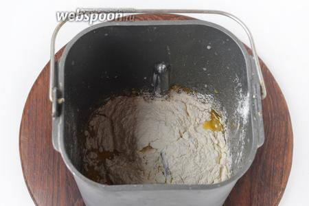 Добавить просеянную муку 250 грамм и 1 щепотку соли.