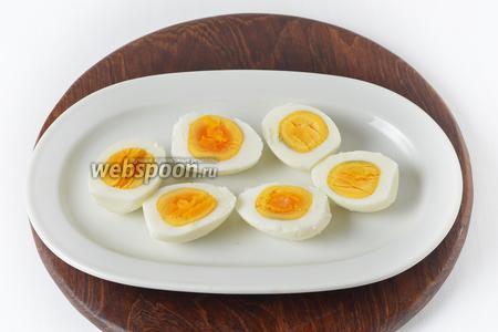 3 яйца отварить вкрутую, очистить и разрезать пополам. Аккуратно вынуть желтки.