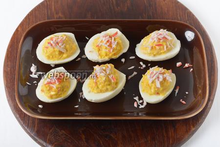 Яйца, фаршированные крабовыми палочками, готовы.