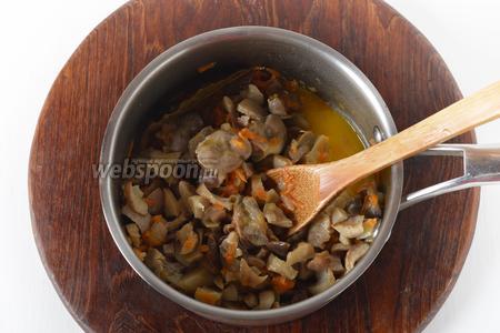 Выложить в кастрюлю 300 грамм грибов. Проверить ещё раз на соль, приправить чёрным молотым перцем (1 щепотка). Готовить, помешивая, 2-3 минуты.