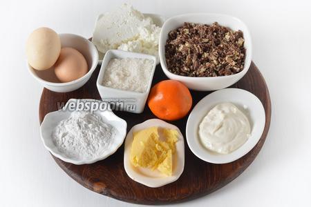 Для работы нам понадобится бисквитная крошка (шоколадный бисквит), сахар, творог, сливочное масло, сметана, картофельный крахмал, яйца, мандариновая цедра.