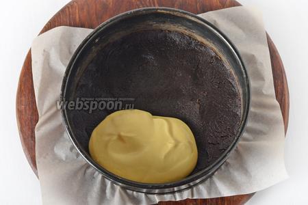 В форму, на утрамбованную основу из бисквита, выложить творожную массу.