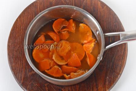 Мандарины хорошо вымыть в горячей воде, разрезать на кусочки, вынуть косточки. В кастрюлю поместить мандарины (150 грамм), воду (150 мл), сахар (120 грамм). Довести до кипения и готовить на небольшом огне 1 час.