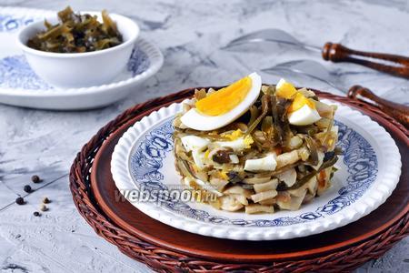 Салат с жареными грибами, морской капустой и яйцом