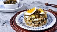Фото рецепта Салат с жареными грибами, морской капустой и яйцом
