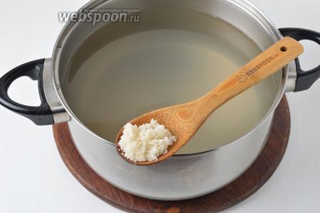 Добавить в сок 170 граммов сахара и перемешать до его полного растворения.