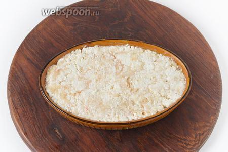 Дно формы смазать сливочным маслом (10 грамм). Выложить начинку в форму и разровнять.