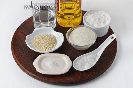 Для приготовления крекеров нам понадобится рисовая мука, пшеничная мука, белый кунжут, подсолнечное масло, вода, соль, разрыхлитель.