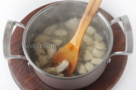 300 грамм куриного филе тщательно промыть, зачистить, нарезать средними кусочками и выложить в кипящую воду. Довести до кипения, снять пену и готовить 5 минут.
